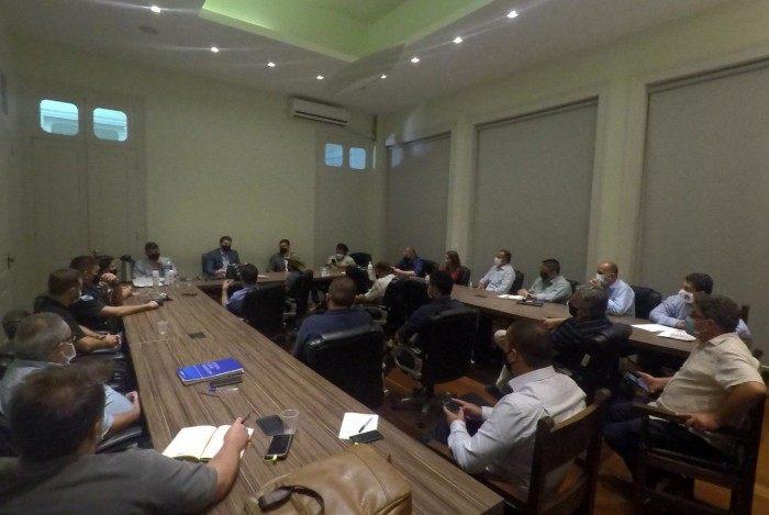 Reunião do governo municipal para determinar medidas contra o avanço da pandemia