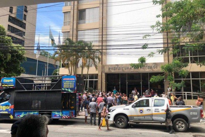 Manifestação ocorreu em frente à Prefeitura de Niterói, nesta sexta-feira (05)