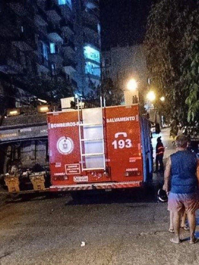 Mulher morre após colisão entre caminhão de lixo e moto, em Todos os Santos, na Zona Norte