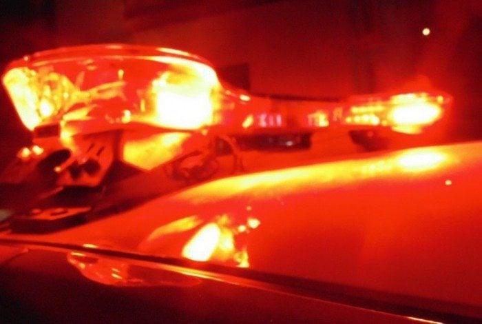 O policial reformado foi atingido no tornozelo e levado ao Hospital Municipal Modesto Leal, onde passou por cirurgia e permanece internado