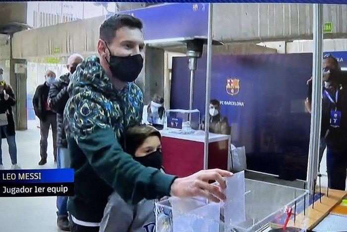 Momento em que Messi vota no Camp Nou