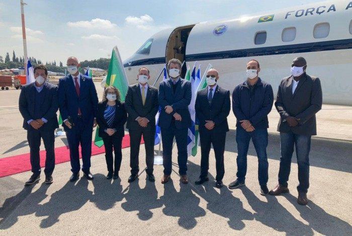 Comitiva brasileira coloca máscara ao chegar em Israel