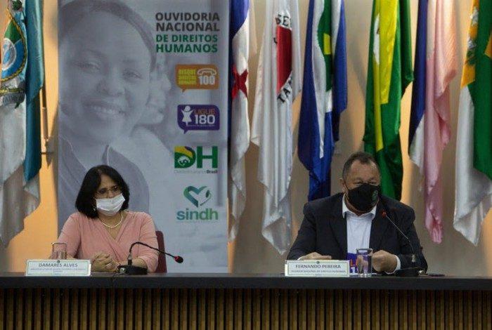 Ministra Damares Alves, titular do MMFDH, e o ouvidor nacional de direitos humanos, Fernando Ferreira apresentam os dados neste domingo (7)