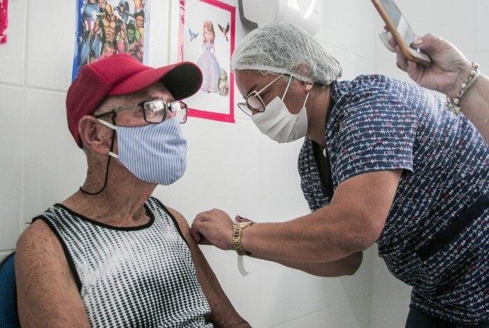 Todos que recebem as vacinas aplicadas são catalogados para registro documental do processo de imunização