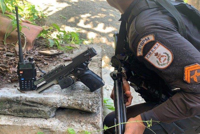 Na ação, uma pistola e um rádio transmissor foram apreendidos
