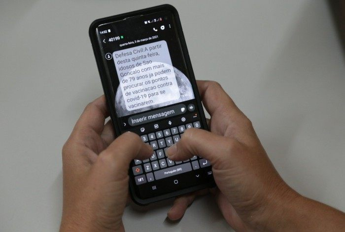 As mensagens de texto pelo celular serão enviadas sempre que há alteração no público-alvo da vacinação, enquanto os alto-falantes informam diariamente a população das comunidades vulneráveis