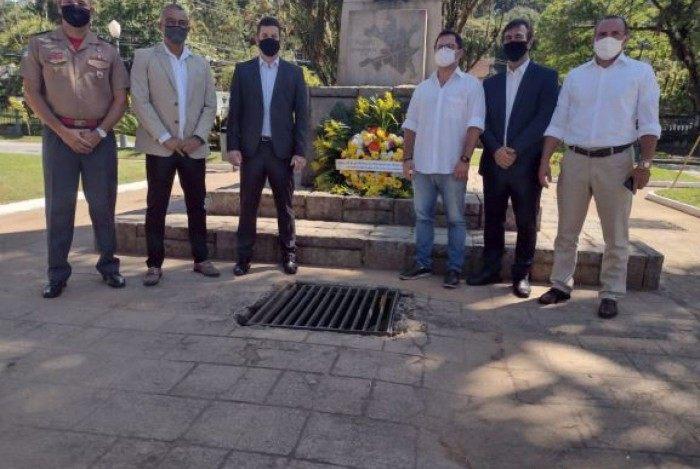 Prefeito interino, Hingo Hammes, e outras autoridades em homenagem pelo aniversário de Petrópolis