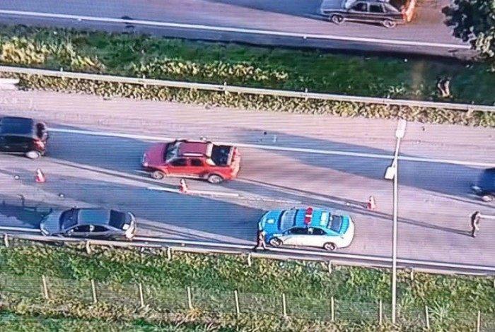 Um criminoso morreu durante perseguição com troca de tiros na BR-101, em São Gonçalo