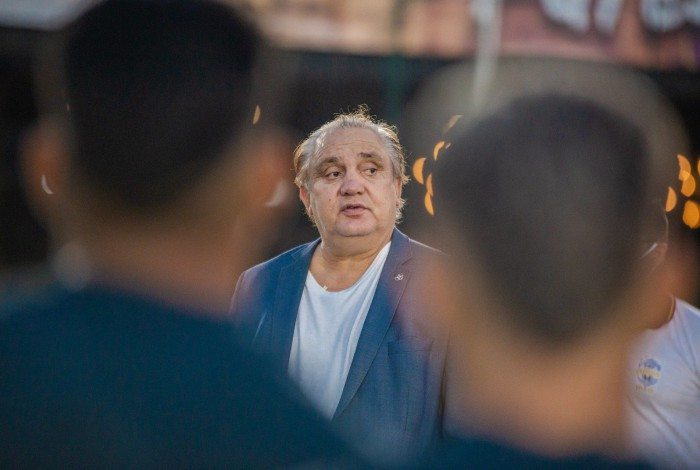 Branco conversa com a delegação da seleção sub-18 em período de treinos em Recife