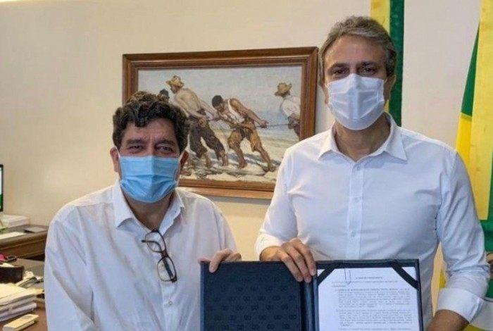 Governador do Ceará, Camilo Santana (PT), com contrato assinado para compra de doses da Sputnik V