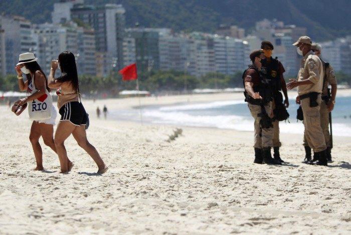 Banhistas na Praia de Copacabana foram orientados a sair por equipes da Guarda Municipal