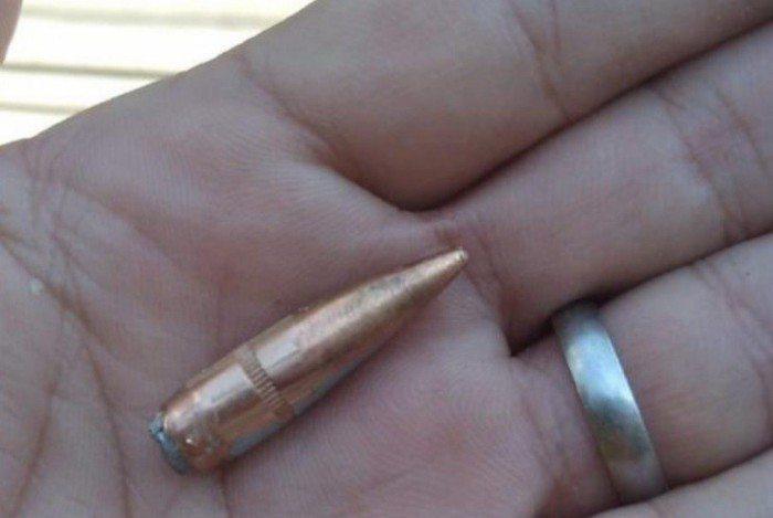 Moradora compartilhou foto de um projétil do tiroteio