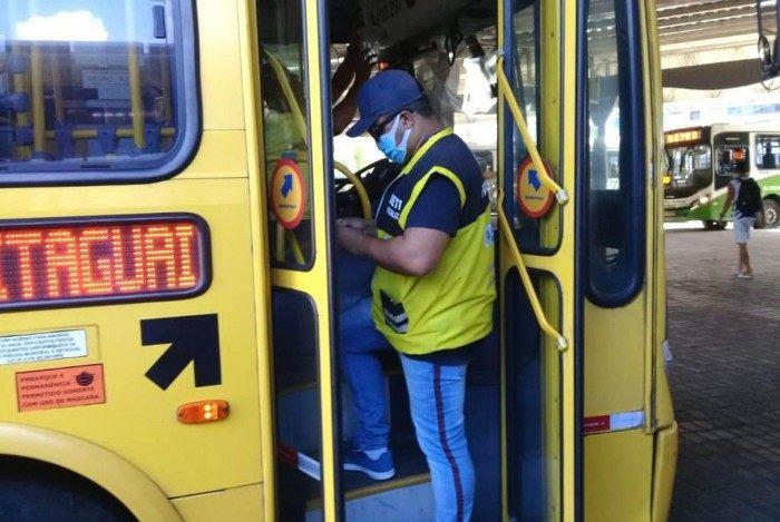 Agente do Detro verifica ônibus intermunicipal: órgão encontrou irregularidades, aplicou multas e recolheu dois veículos
