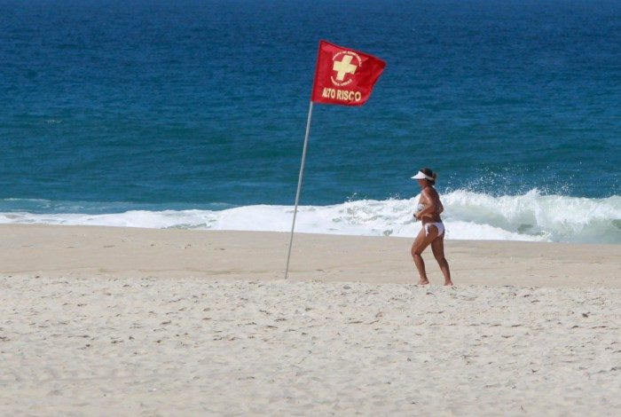 Primeiro dia com fechamento das praias do Rio registra pedestres sem máscara no calçadão
