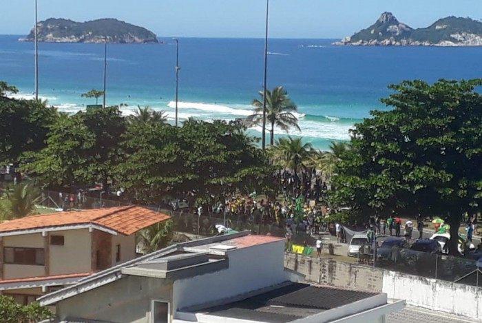 Em meio ao avanço da Covid-19, manifestantes causam aglomeração na Barra da Tijuca