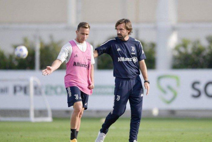 Pirlo tendo conversa com Arthur na Juventus
