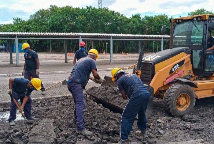 Operários trabalham em uma das vias de acesso ao Porto: melhorias vão melhorar os fluxos de carga e descarga