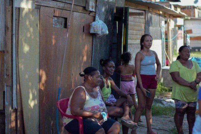 Famílias Beira-Beira vivem à beira de um valão na Favela do Lixão, em Caxias