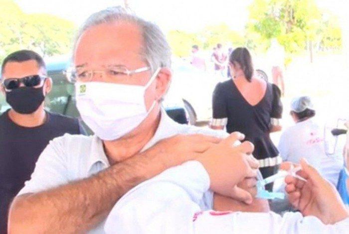 Guedes é vacinado contra covid-19 em Brasília, com primeira dose da Coronavac