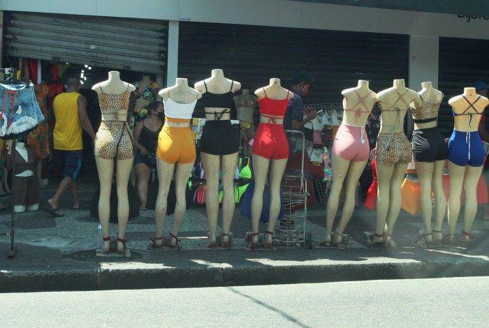 Algumas lojas funcionaram com meia porta aberta em Madureira