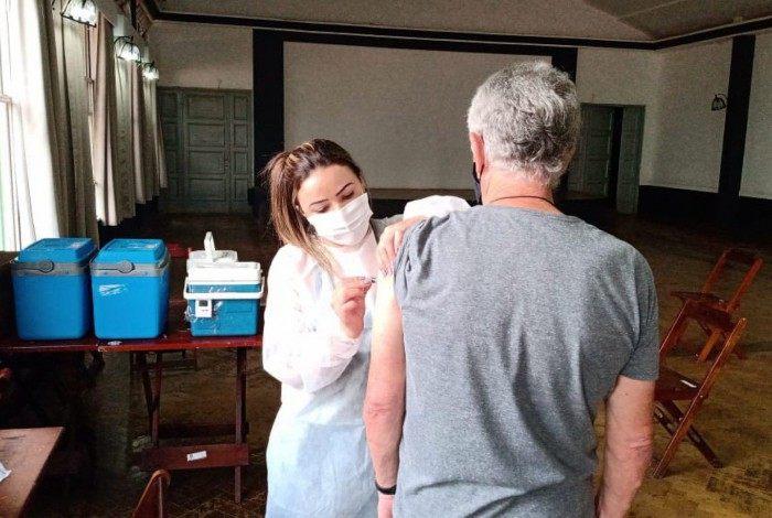 Vacinação de idosos com 70 anos começou nesta sexta-feira em 8 pontos de Petrópolis