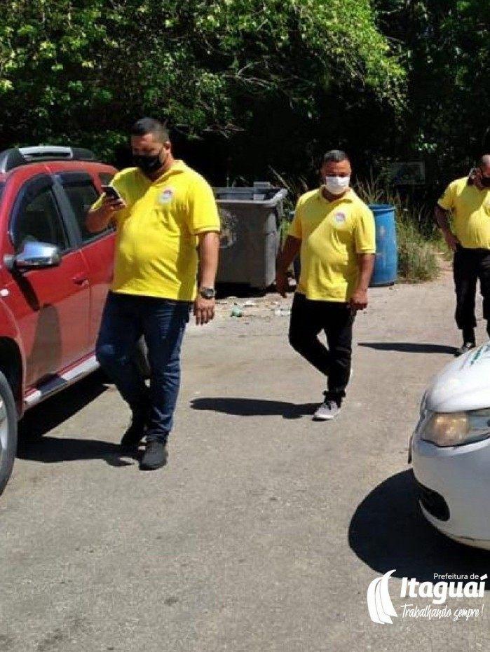 Agentes da prefeitura em ação em Coroa Grande, a fim de impedir que turistas se aglomerem na cachoeira de Itimirim