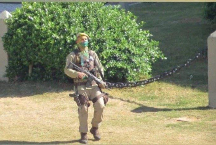 Segundo a SSP, o homem foi cercado e isolado quando chegou ao ponto turístico,  com o rosto pintado de verde e amarelo, armado e fez os disparos