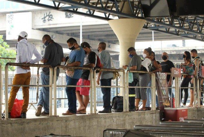 No Terminal de Madureira, do BRT Rio, houve registro de longas filas na espera pelo transporte