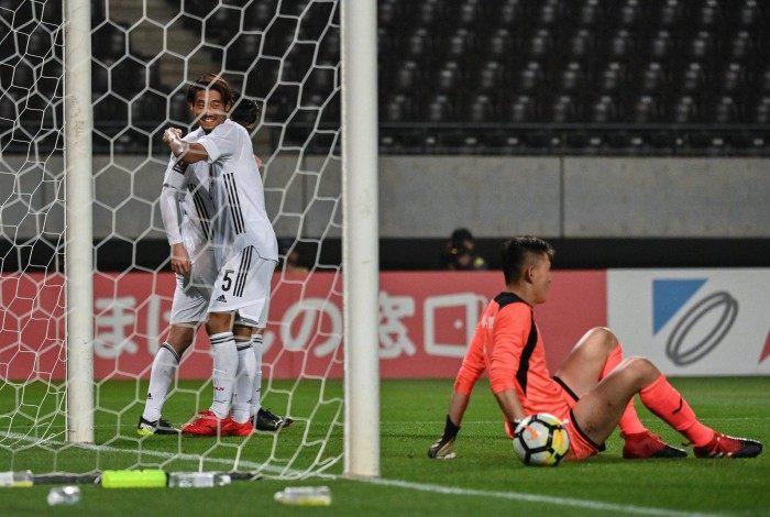Jogadores japoneses celebram um dos 14 gols sobre a Mongólia, pelas Eliminatórias da Copa