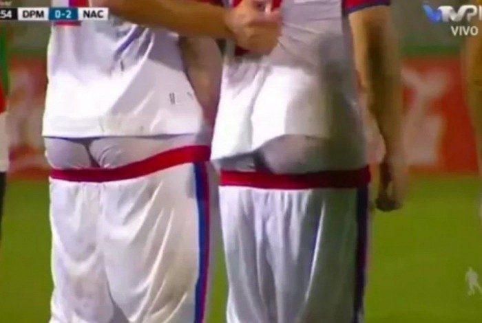 Jogadores do Nacional ficam de cueca para distrair goleiro adversário