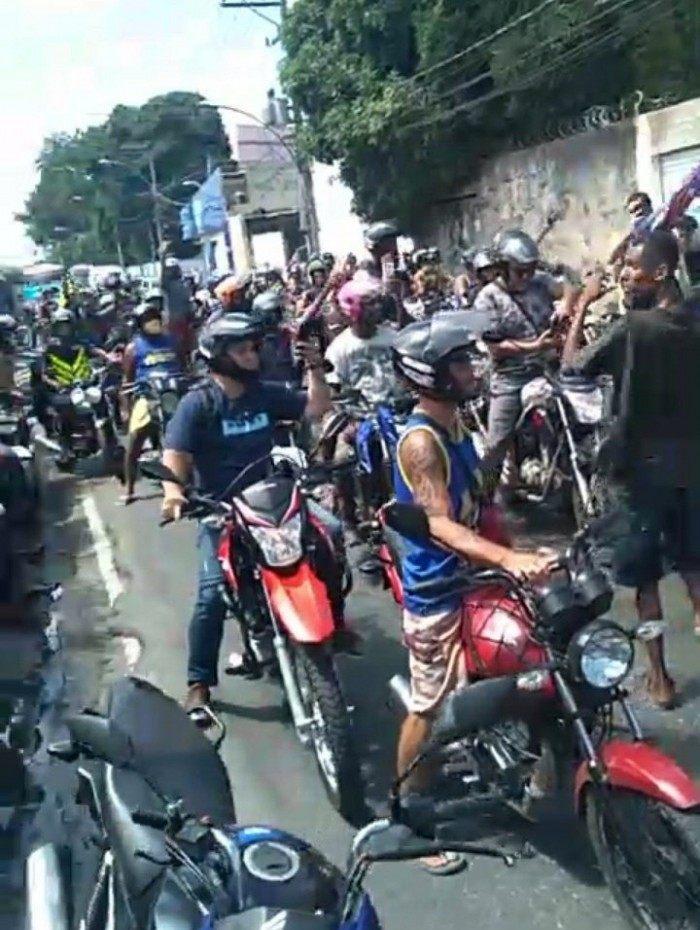 Motoboys fazem protesto contra 'máfia dos reboques' na Avenida Brasil