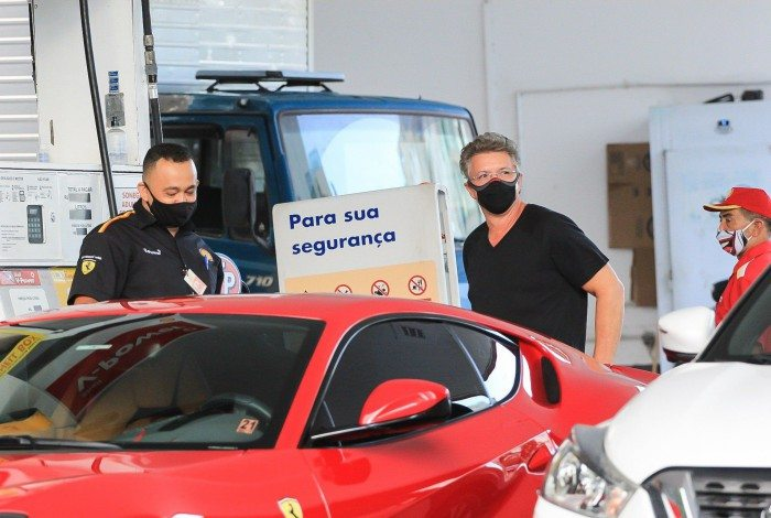 Boninho chama a atenção em posto de gasolina com sua Ferrari