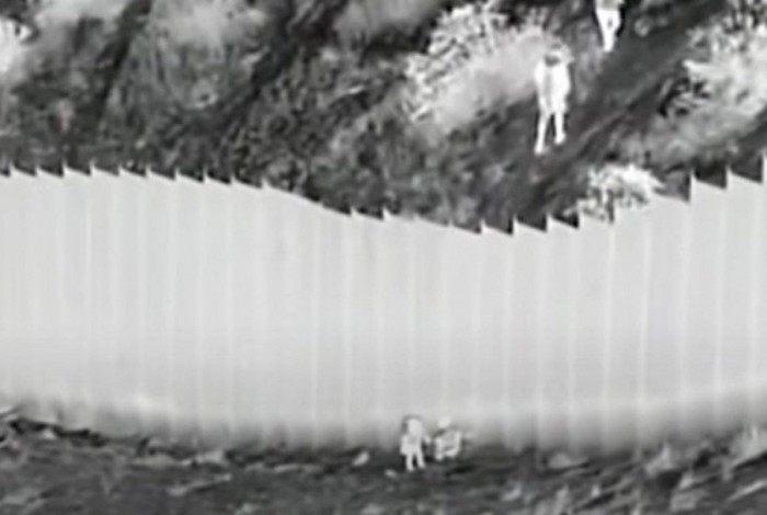 Homem joga duas meninas do muro que divide Estados Unidos e México
