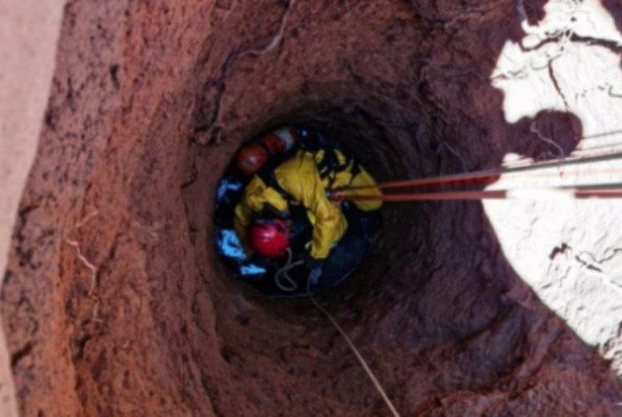 Bombeiros desceram em segurança dentro da cisterna e removeram a jovem do local