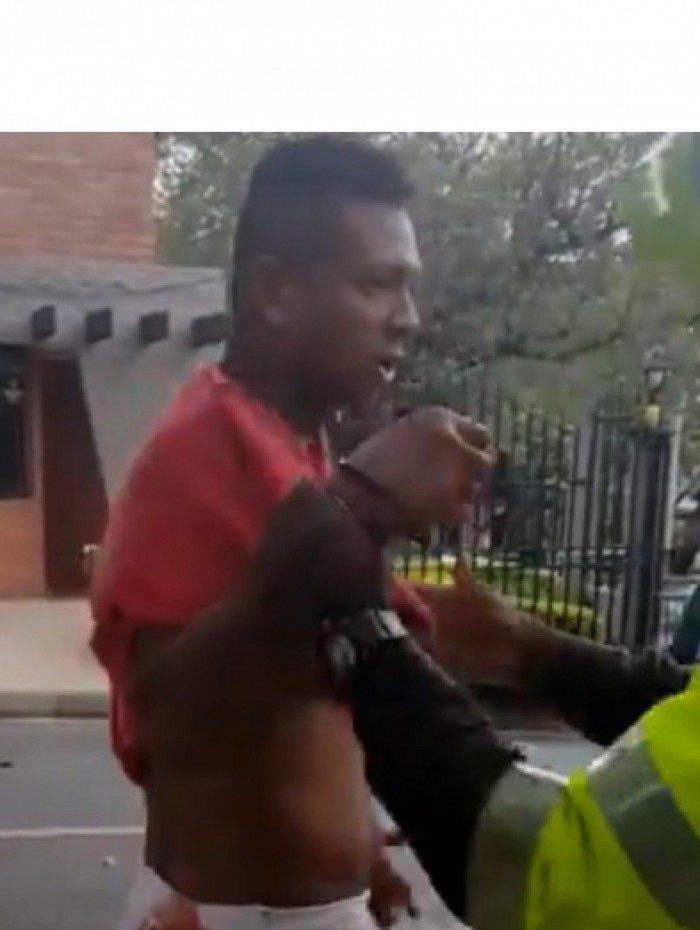 Ex-jogador do Vasco, Fredy Guarín  foi detido na Colômbia após se envolver em um episódio de violência doméstica na casa dos pais. De acordo com a imprensa local, ele agrediu o pai e alguns outros familiares.