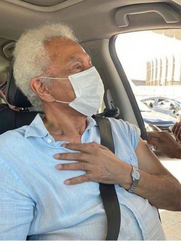 Paulinho da Viola toma a segunda dose da vacina contra a Covid-19
