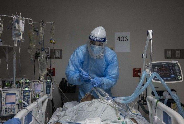 Atualmente, o território brasileiro é o epicentro mundial da pandemia. Tem explosão de casos e sistema de saúde em colapso. Os mortos são mais de 350 mil