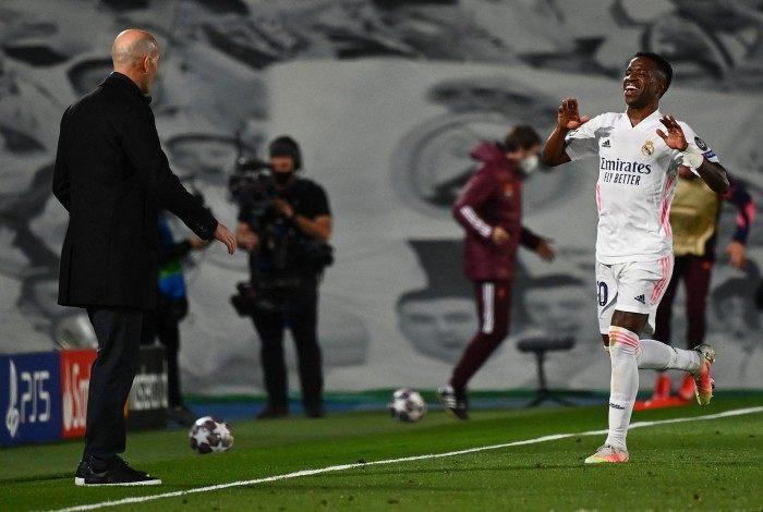 Destaque na vitória sobre o Liverpool, Vinícius Junior comemora um de seus gols com o técnico Zidane