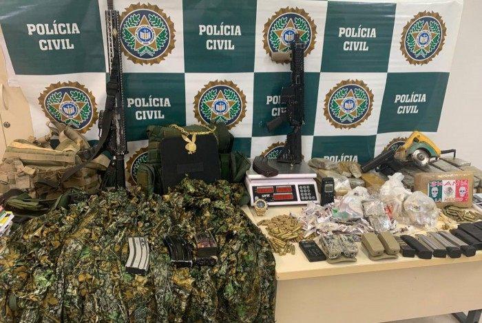Foram apreendidos fuzis, pistolas, carregadores e munições, drogas e trajes camuflados
