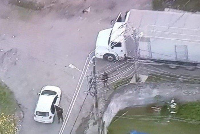 Homens armados são flagrados descarregando carga roubado na comunidade Terra Nostra, em Costa Barros