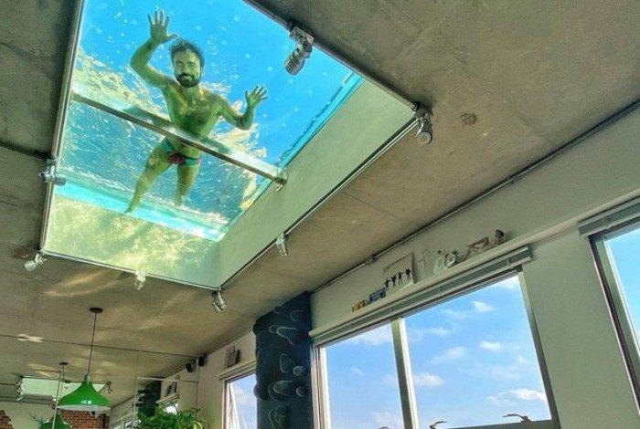 Mauro Sousa, filho de Maurício de Sousa, tem uma piscina transparente no teto de casa