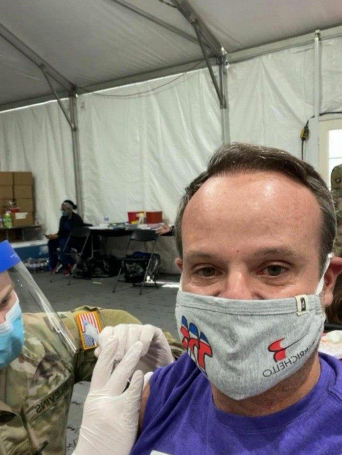Rubens Barrichello compartilhou o momento em que foi vacinado