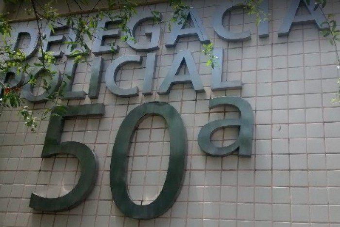 Policiais da 50ª DP surpreenderam a estelionatária dentro da agência da Caixa Econômica Federal