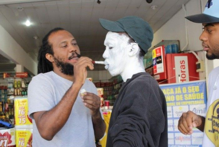 Paulo Gomes pintando alunos do Cine Rua Paciência Cultural.