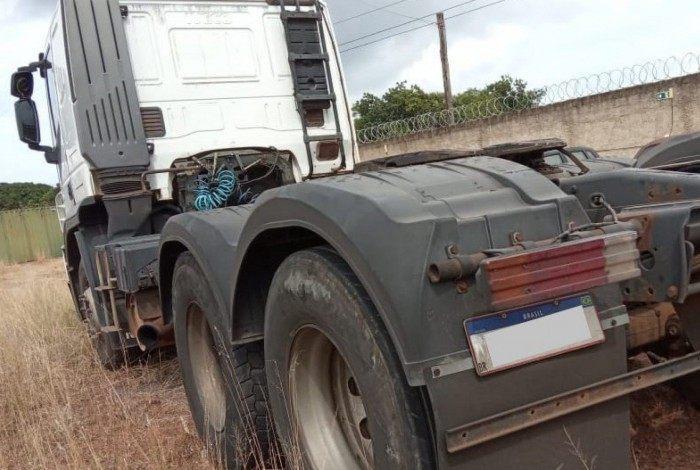 Homem disse que foi parado por três homens em um posto de combustível, que logo anunciaram o assalto e depois levaram o caminhão para o galpão