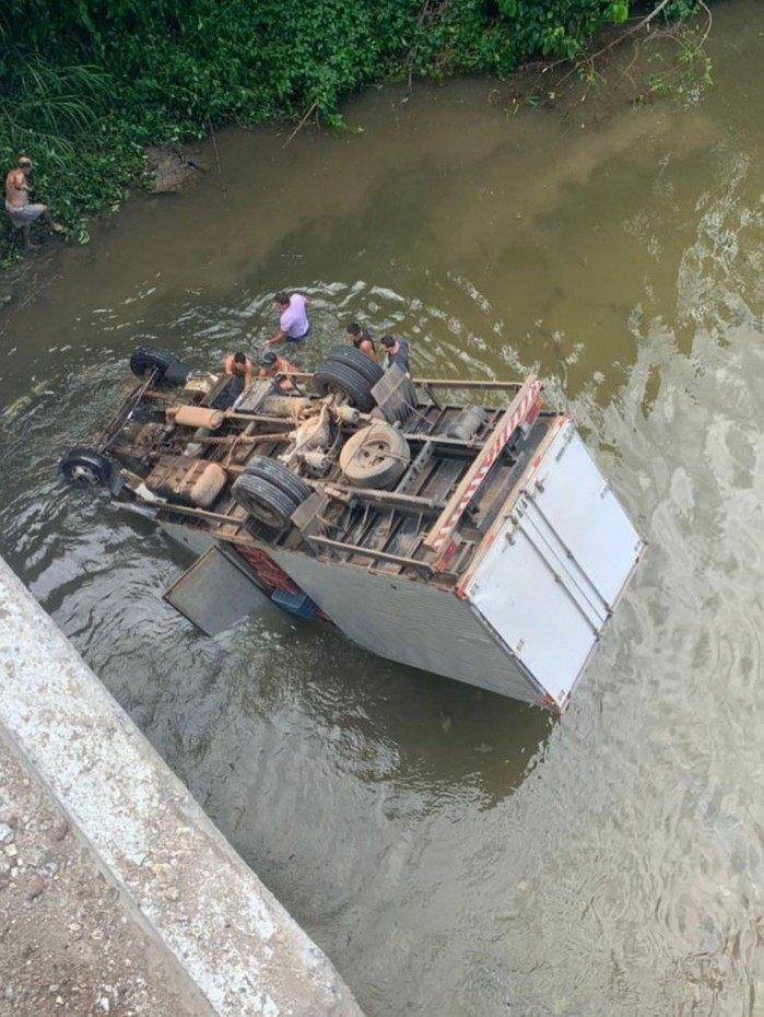 Acidente com caminhão de verduras na RJ-116, na altura de Cachoeiras de Macacu