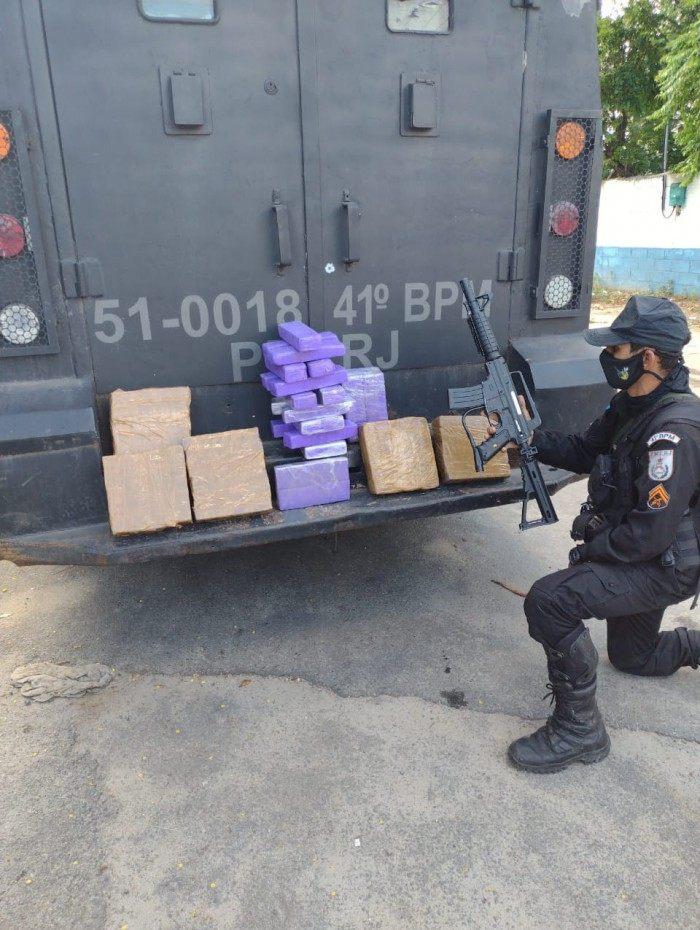 Policiais do 41º BPM apreenderam 51kg de maconha, uma réplica de fuzil M16 e uma capa de colete à prova de balas