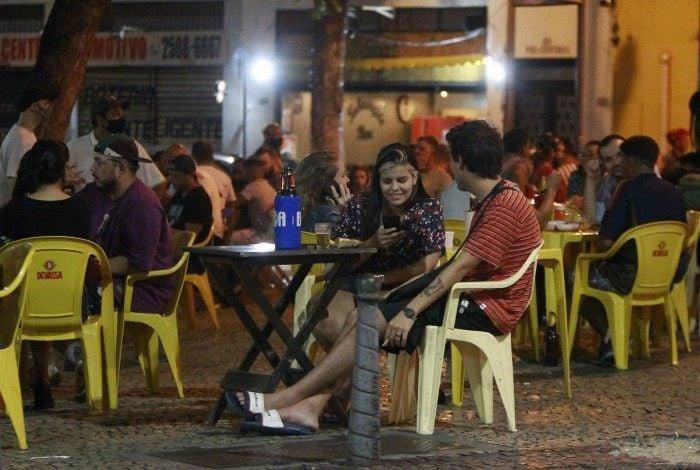 Permanência em bares e restaurantes apenas para clientes sentados