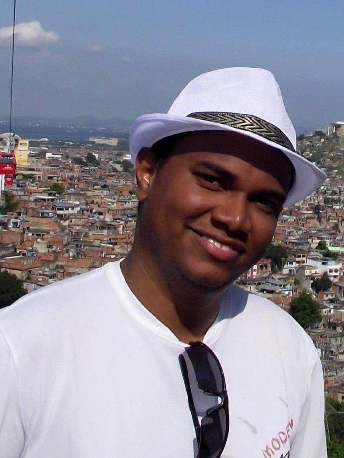 Assistente social Rafael Sousa, cria da comunidade Cachoeira Grande, está à frente da Campanha Lins Solidário, que doa cestas básicas às famílias do Complexo do Lins  Sua identificação com a região foi a motivação para criar em 2013 o Voz do Lins.