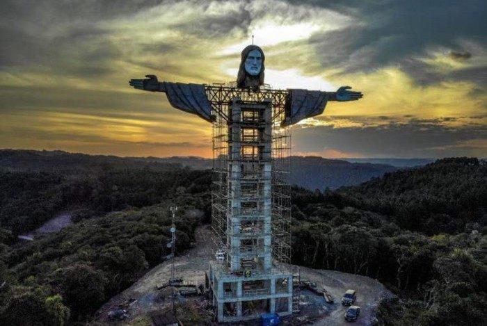 A construção, erguida no Morro das Antenas, foi idealizada por um padre da cidade e busca